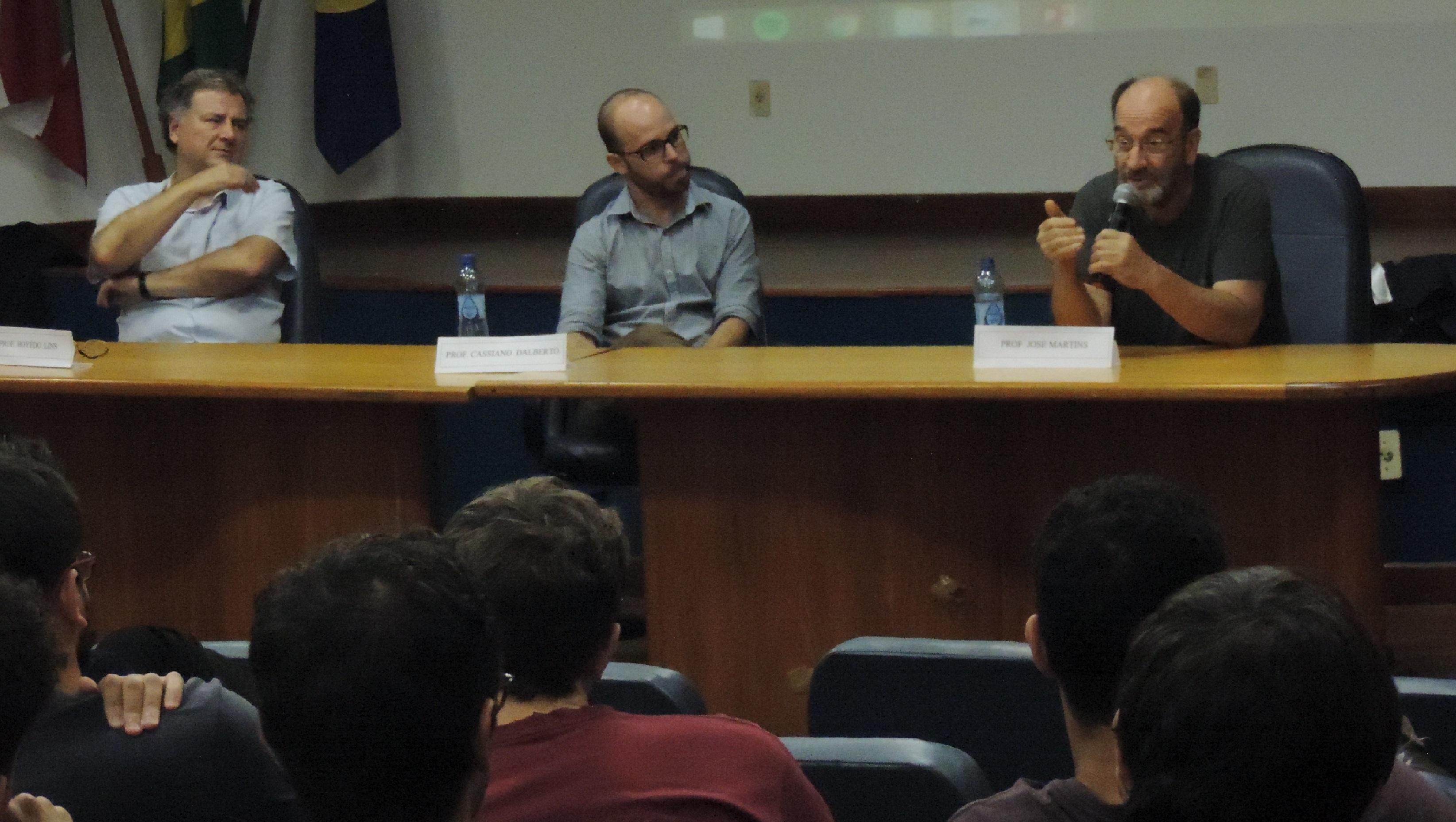 Professores e estudantes debatem flexibilização do mercado de trabalho em Trielo |